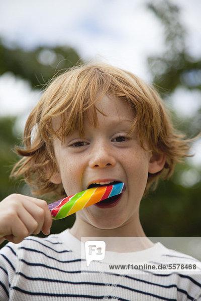 Junge isst Lolli