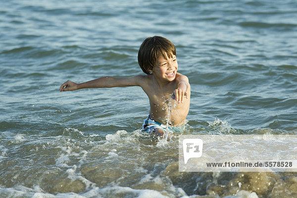 Junge Plantschen Im Wasser Am Strand Stock Fotografie Bildagentur