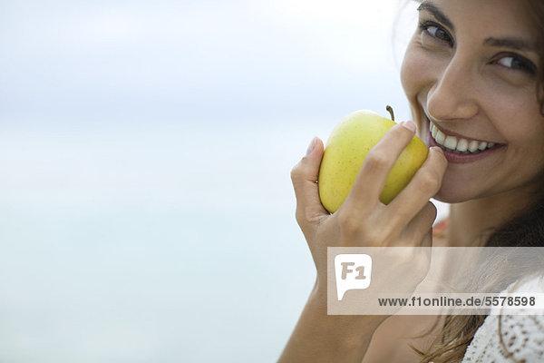 Frau isst Apfel  Portrait