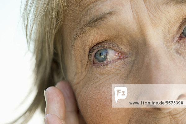 Auge der älteren Frau  abgeschnitten