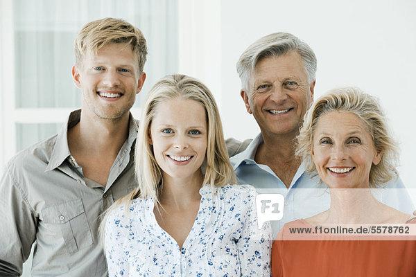 Reife Eltern mit ihrem erwachsenen Sohn und ihrer Tochter  Portrait