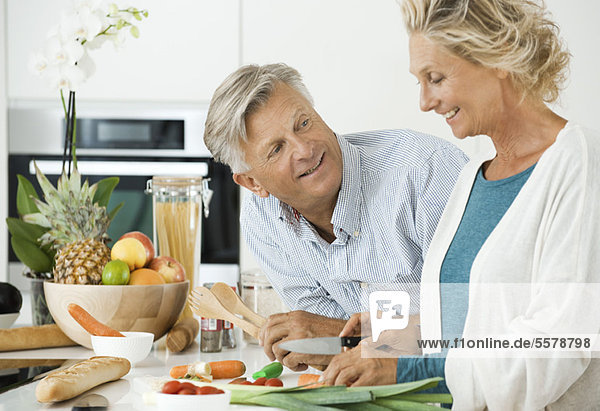 Reife Paare  die gemeinsam in der Küche kochen