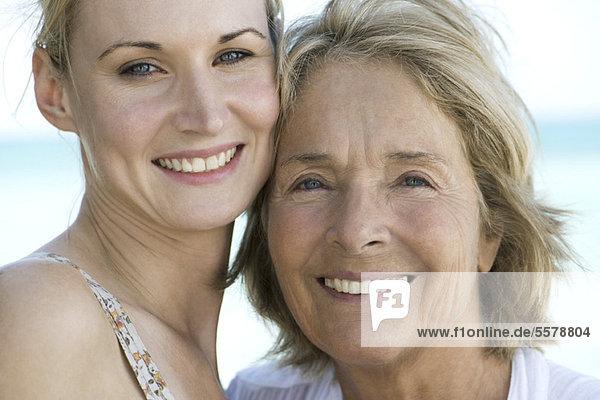 Mutter mit erwachsener Tochter  Portrait