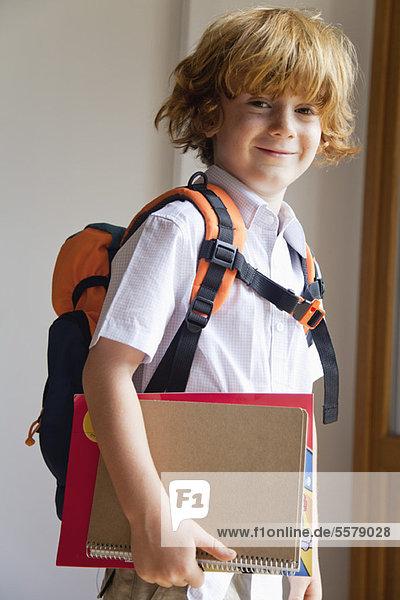 Junge vorbereitet für die Schule,  mit Rucksack und Notizbüchern