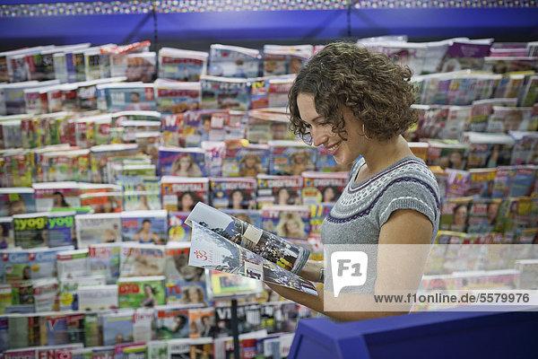 Frau in einer Zeitschriftenhandlung  Hauptbahnhof  München  Bayern  Deutschland  Europa