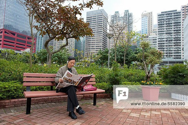 Mann Zeitung vorlesen