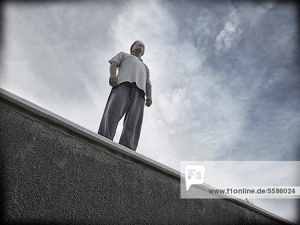 stehend  Mann  Herausforderung  Fenstersims  1
