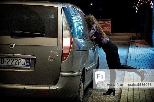 Annäherung an einen Klienten  Prostitution  Provinz Mailand  Italien
