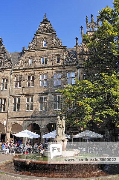 Brunnen vor Straßencafe in Münster  Münsterland  Nordrhein-Westfalen  Deutschland  Europa  ÖffentlicherGrund
