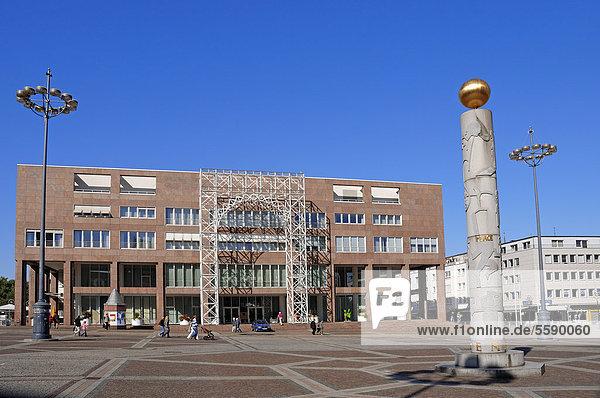 Neues Rathaus und Friedenssäule am Friedensplatz  Dortmund  Nordrhein-Westfalen  Deutschland  ÖffentlicherGrund