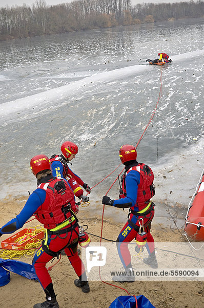 Wasserrettungsteam bei Übung auf einem zugefrorenen See in Meerbusch  Neuss  Nordrhein-Westfalen  Deutschland  Europa