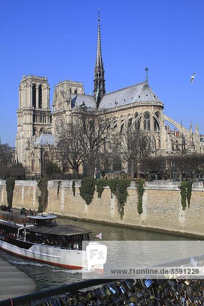 Seine mit Notre Dame  Touristenboot von der Pont de l'ArchevÍchÈ  Paris  Frankreich  Europa