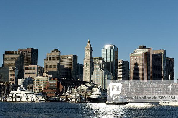 Skyline mit Custom House Tower  Financial District  Blick vom Boston Harbor  Boston  Massachusetts  Neuengland  USA  Nordamerika  Amerika