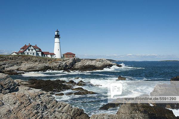 Weißer Leuchtturm  Wellen brechen sich an Felsen  Portland Head Light  Portland  Cape Elizabeth  Maine  Neuengland  USA  Nordamerika  Amerika
