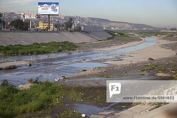 Der verschmutzte Tijuana River wie er die Vereinigten Staaten von Mexiko her erreicht  San Ysidro  Kalifornien  USA