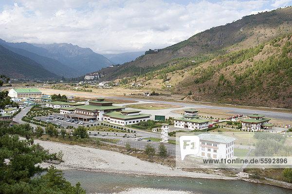 Blick von oben auf den Flughafen  Paro International Airport  PBH  Himalaja  Königreich Bhutan  Südasien  Asien