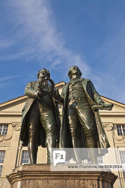 Goethe-und-Schiller-Denkmal  Deutsches Nationaltheater am Theaterplatz  Weimar  Thüringen  Deutschland  Europa