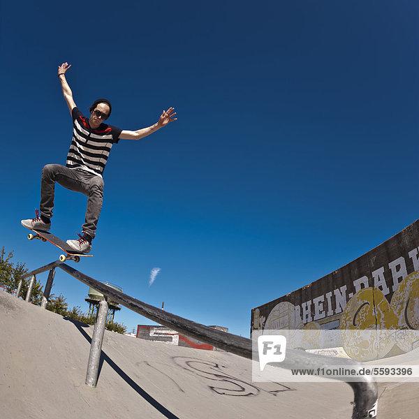 Deutschland  Nordrhein-Westfalen  Duisburg  Skateboarder auf der Rampe im Skateboardpark Deutschland, Nordrhein-Westfalen, Duisburg, Skateboarder auf der Rampe im Skateboardpark