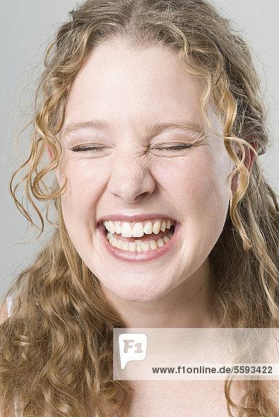 Junge Frau lächelt  Nahaufnahme