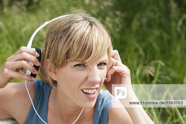 Mittlere erwachsene Frau mit Kopfhörer  Portrait