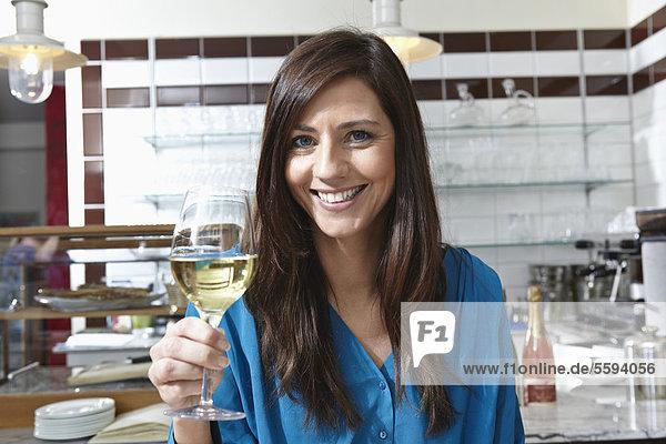 Mid adut Frau mit Wein  lächelnd  Portrait