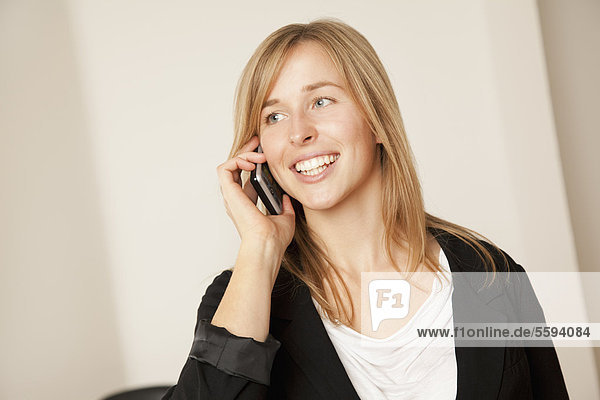 Young woman talking on smart phone  smiling