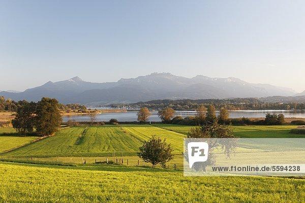 Deutschland  Bayern  Oberbayern  Chiemgau  Blick auf Landschaft und Berge mit Chiemsee