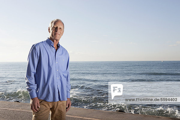 Spanien  Mallorca  Senior am Meer stehend  Portrait