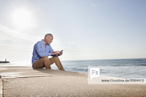Spanien  Mallorca  Senior Mann mit Handy
