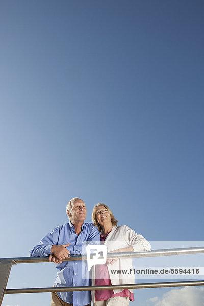 Spanien  Mallorca  Seniorenpaar aufblickend  lächelnd