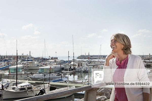 Spanien  Mallorca  Palma  Seniorin schaut weg  lächelnd