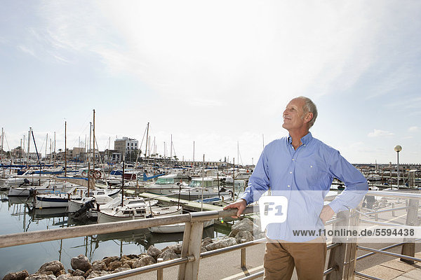 Spanien  Mallorca  Palma  Senior im Hafen stehend