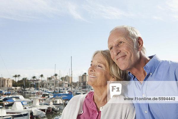 Spanien  Mallorca  Palma  Seniorenpaar im Hafen  lächelnd