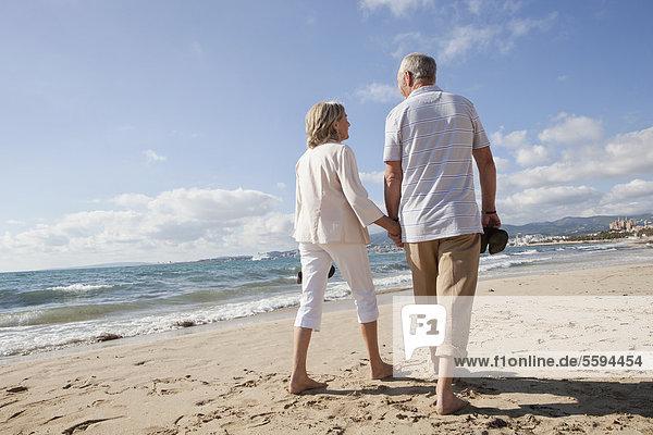 Spanien  Mallorca  Seniorenpaar am Strand entlang