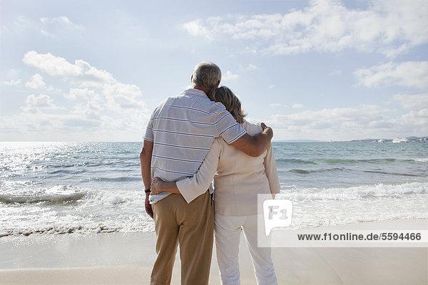 Spanien  Mallorca  Seniorenpaar mit Blick auf den Strand