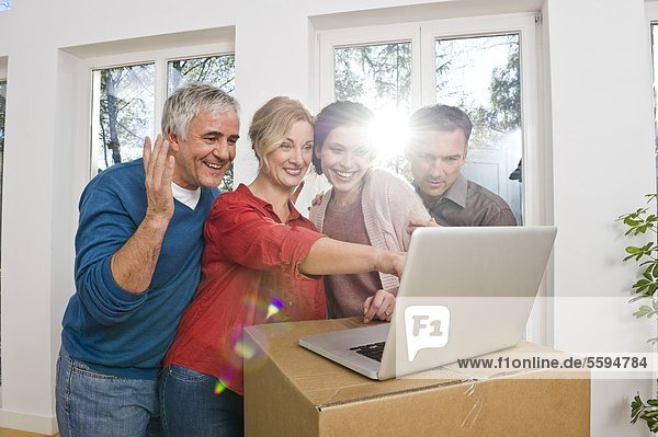 Mann und Frau mit Laptop  lächelnd
