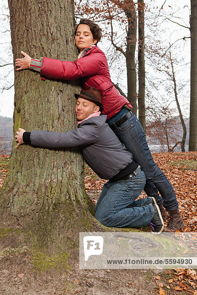 Deutschland  Berlin  Wandlitz  Paar umarmender Baum