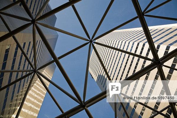 Blick nach oben durch die Stahlkonstruktion zu den Wolkenkratzern