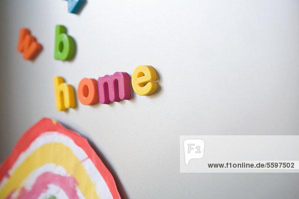 Schreibweise'Zuhause' auf dem Familien-Kühlschrank'. Schreibweise'Zuhause' auf dem Familien-Kühlschrank'.