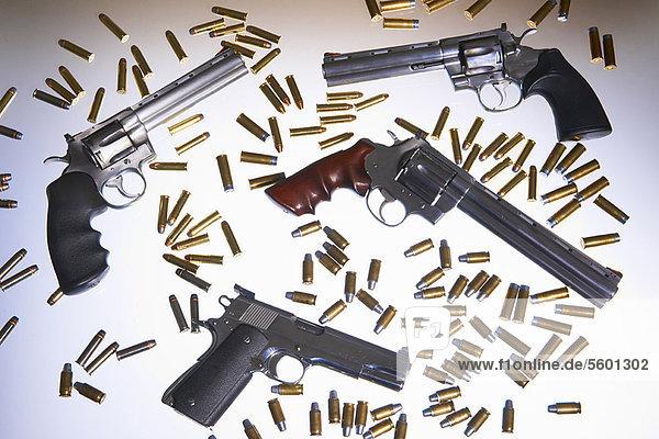 Verschiedene Handfeuerwaffen und Geschosse