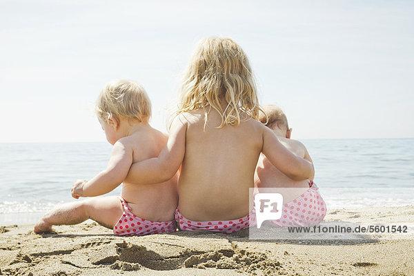 Kinder in passenden Bikinihosen