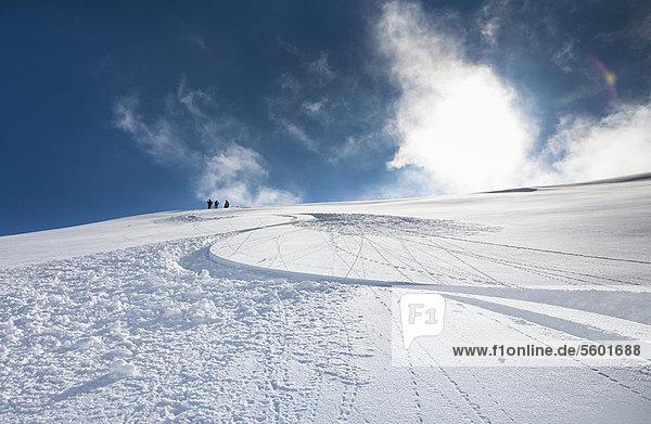 Ski- und Snowboardpisten auf verschneiter Piste