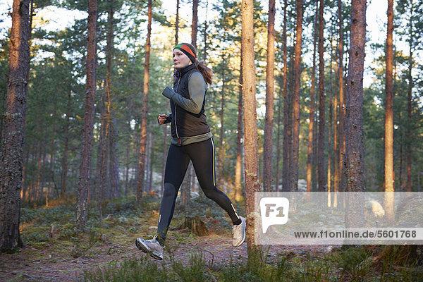 Frau  rennen  Wald