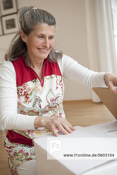 Ältere Frau Auspackkiste