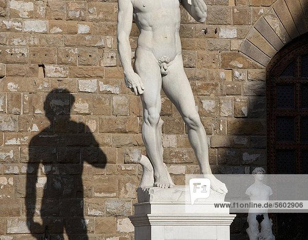 Wand  Schatten  verziert  Statue
