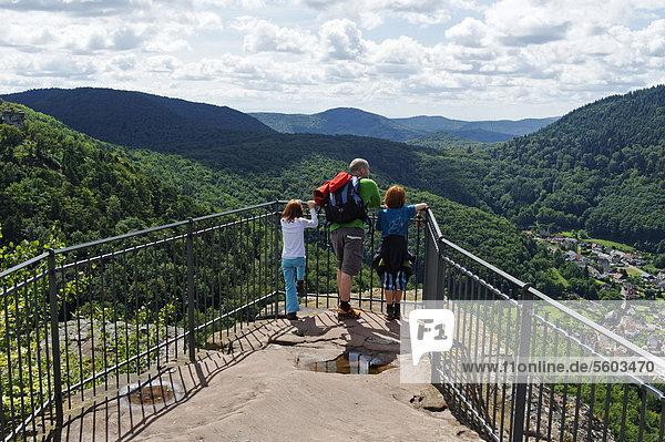 Familie am Aussichtspunkt der Burg Trifels bei Annweiler am Trifels  Deutsche Weinstraße  Rheinland-Pfalz  Deutschland  Europa