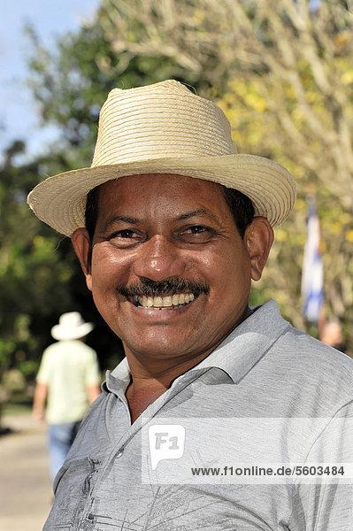 Kubaner  Portrait  Mitarbeiter im botanischen Garten Cienfuegos  Jardin Bot·nico de Cienfuegos  Cienfuegos  Kuba  Große Antillen  Karibik  Mittelamerika  Amerika