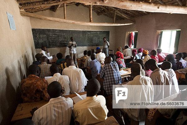 Klassenzimmer voller erwachsener Schüler beim Lernen über nachhaltige Landwirtschaft  Ruanda  Afrika