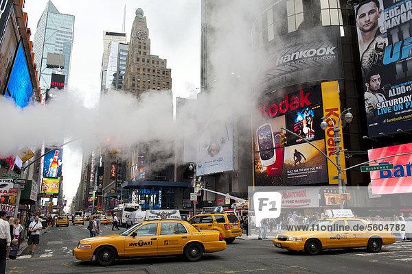 Metropole  Verkehr  Hochhäuser und bunte Leuchtreklame  Dampf in der Straße  gelbe Taxis  Yellow Cabs  Kreuzung von Broadway und 7th Avenue  Times Square  Midtown  Manhattan  New York City  USA  Nordamerika  Amerika