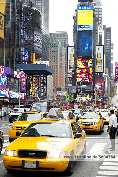 Metropole  Verkehr  Hochhäuser und bunte Leuchtreklame  gelbe Taxis  Yellow Cabs  Kreuzung von Broadway und 7th Avenue  Times Square  Midtown  Manhattan  New York City  USA  Nordamerika  Amerika